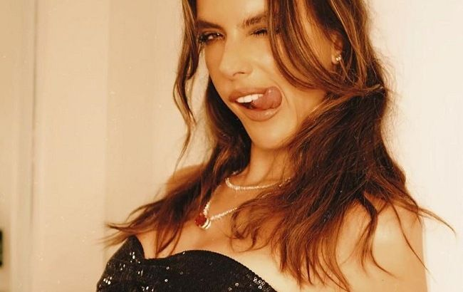 Алессандра Амбросио блеснула точеной фигурой в соблазнительном бикини