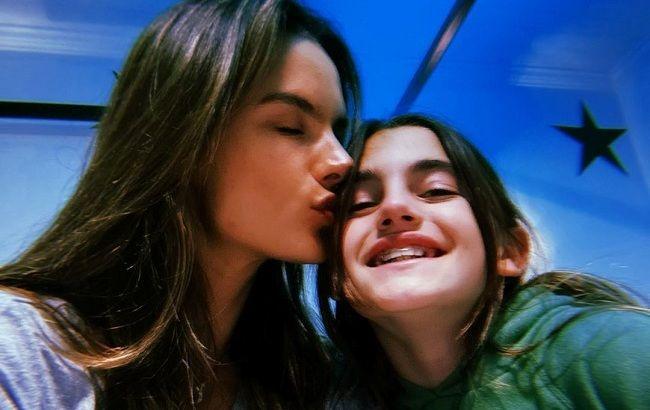 Мамина копія: Алессандра Амбросіо захопила мережу красою доньки-підлітка