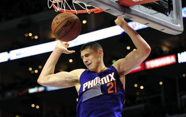 Украинцу Алексею Леню сломали нос в матче НБА