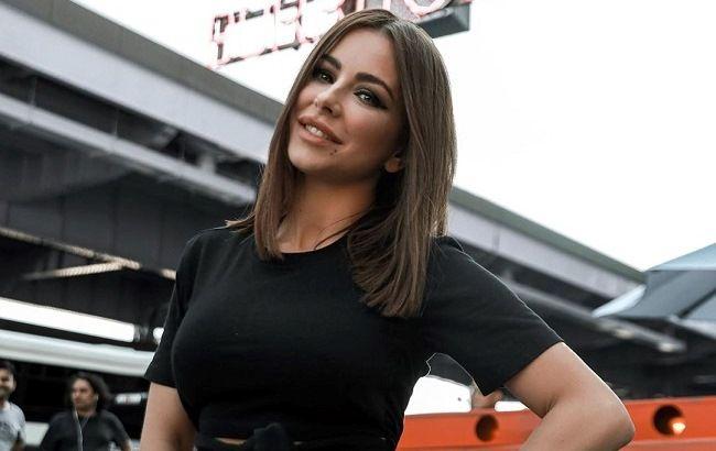 """40-летняя Ани Лорак в золотом платье вызвала фурор в сети """"бомбической"""" фигурой"""