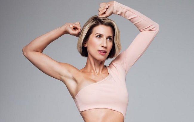 Девушка-волна: Анита Луценко показала упражнение для красивой осанки (видео)