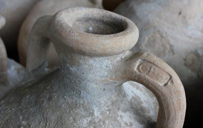 Фото: Автор стародавнього послання просив вина (pixabay.com/Aquilatin)