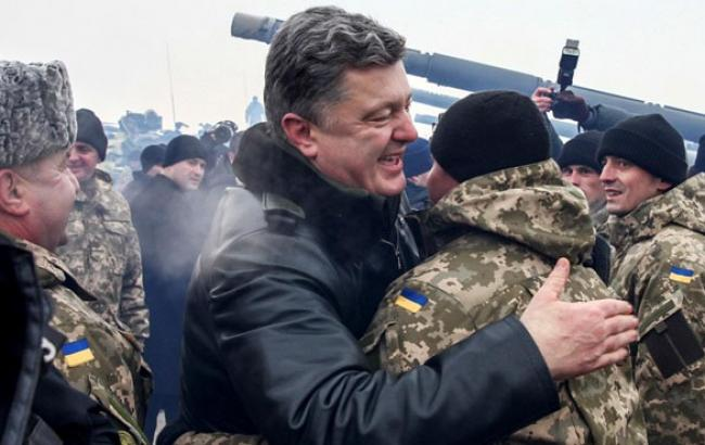 Фото: Петр Порошенко во время посещения воиской части (korrespondent.net)