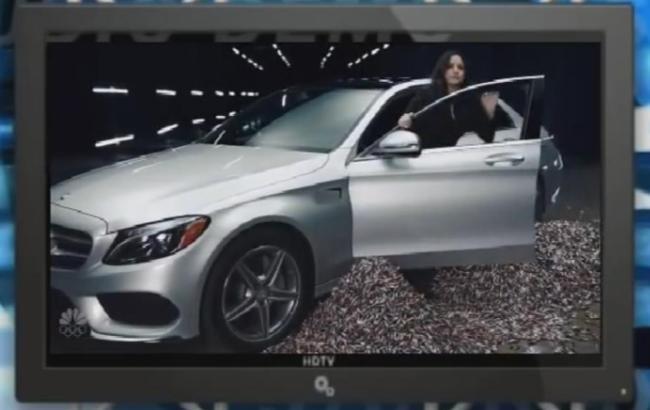 Фото: Пародійна реклама електромобілів показує Mercedes-Benz АА-Class, який працює на 9648 пальчикових батарейках