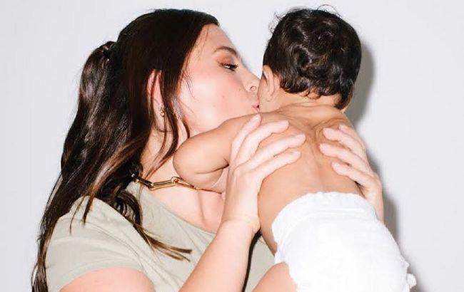 Це дуже мило: Ешлі Грем засипала мережу кумедними фото з 8-місячним сином