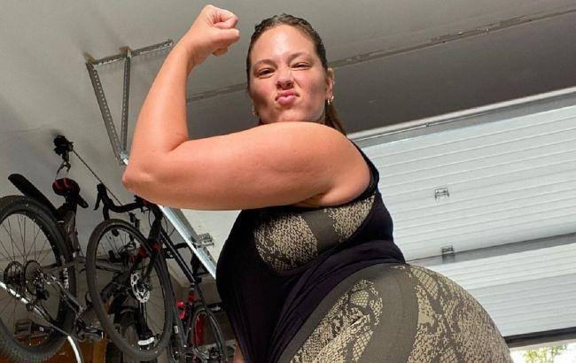 Вага йозі не перешкода: пишнотіла Ешлі Грем демонструє складну стійку на руках (відео)