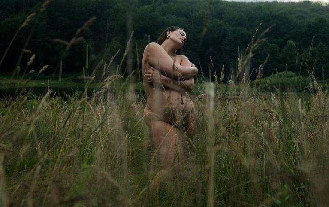 Абсолютно гола Ешлі Грем надихнула тілом з розтяжками і целюлітом: це красиво