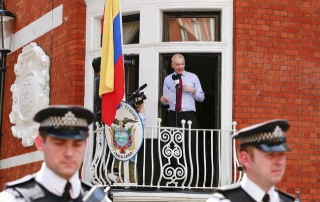 Фото: преследуемый в Британии основатель WikiLeaks Джулиан Ассанж общается со СМИ в Лондоне (Reuters, август 2012)