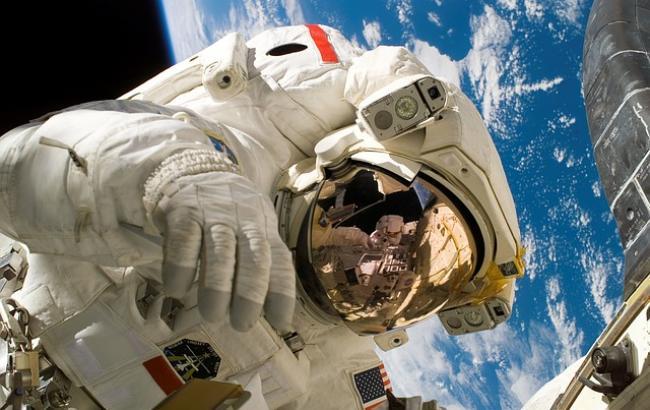 NASA показало впечатляющие видео космической прогулки астронавта на фоне Земли