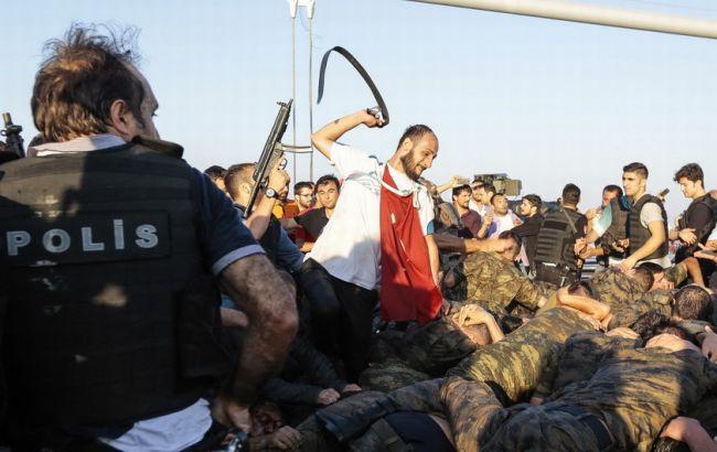 Фото: у Туреччині продовжують затримувати підозрюваних у причетності до перевороту