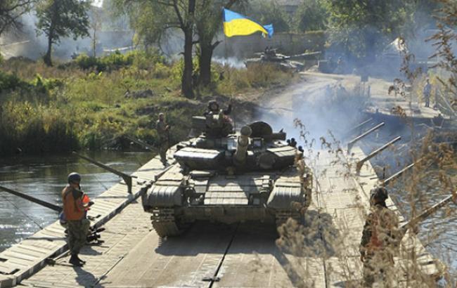Фото (Reuters): відведення танків у зоні АТО