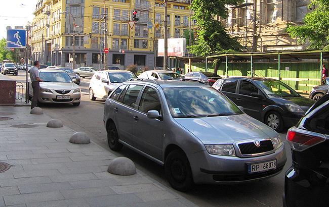 Фото: Авто с иностранными номерами на улице Киева (РБК-Украина)