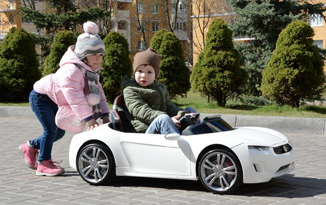 Во Львове ребенок на электромобиле сбил пенсионера