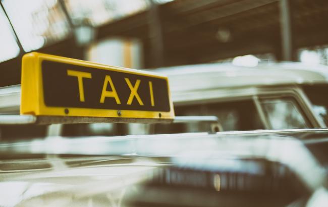 Таксист повернув людям сумку з тисячами євро