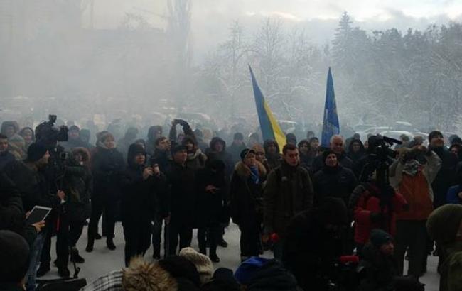Фото: Акция у стен резиденции министра (facebook.com)