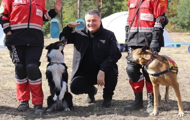 Фото: Арсен Аваков познакомился с четвероногими сотрудниками (facebook.com)