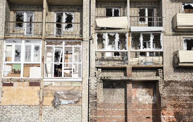 Фото: поврежденное вследствие обстрелов здание в Авдеевке (Донецкая область) (УНИАН)