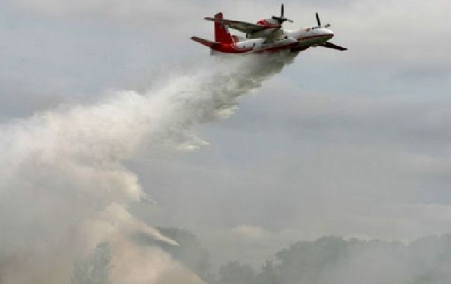 Фото: пожар ликвидируют самолеты ГСЧС