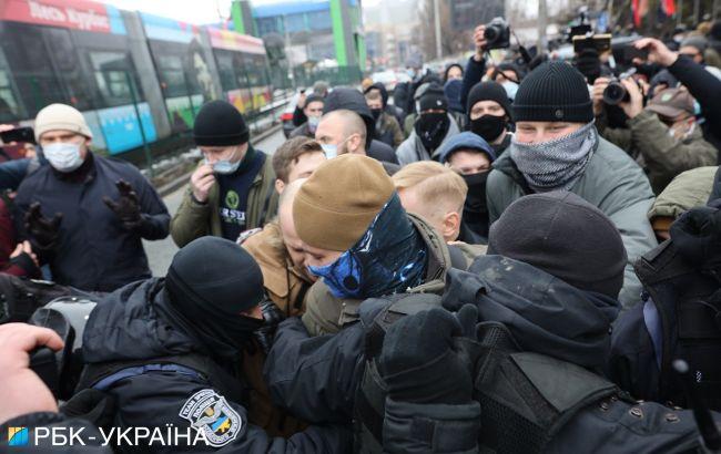 """У Києві протестують під будівлею телеканалу """"НАШ"""", сталася бійка"""