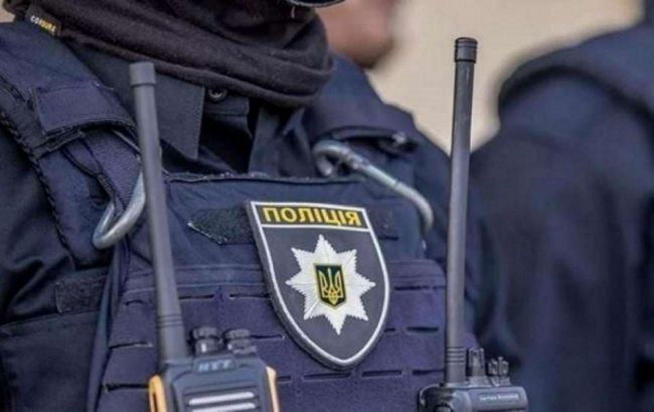 Под Киевом мужчина напал на полицейских с вилами: его остановили выстрелом