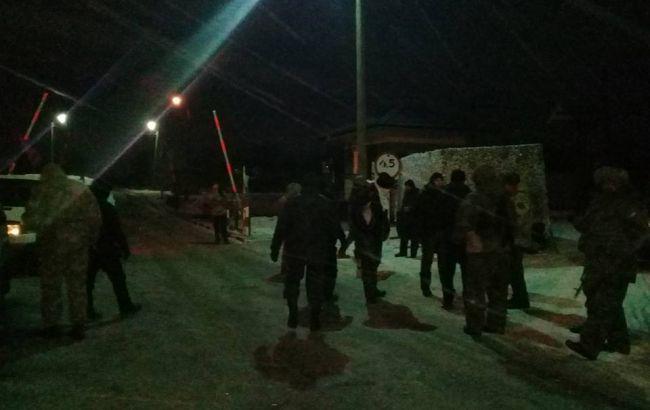 Появилось видео, как участники блокады наДонбассе останавливают локомотив