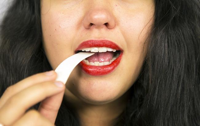 Может быть опасна: ученые сообщили о неожиданном свойстве жевательной резинки