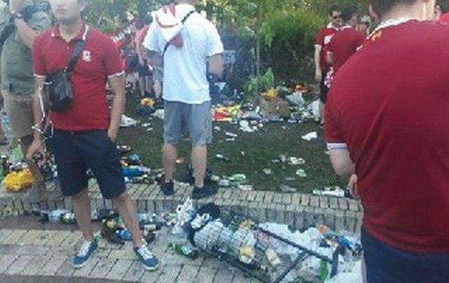 Бутылки, мусор повсюду: футбольные фанаты устроили свалку в центре Киева (фото)