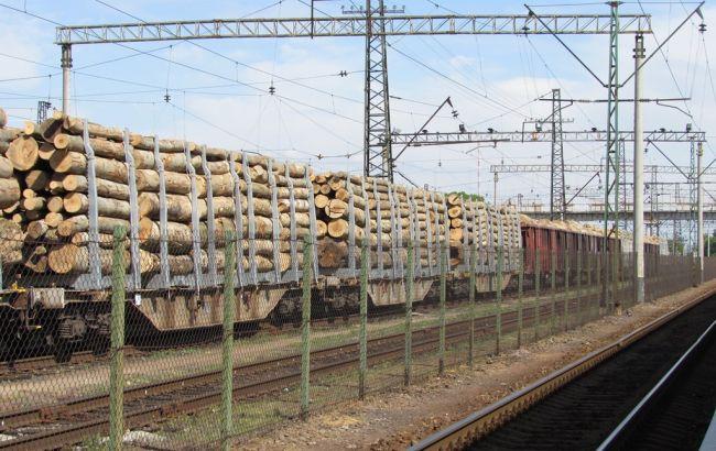 Фото: затримані вагони з лісом