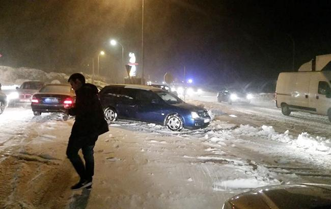 Фото: снегопад в Испании заблокировал тысячи авто (BagalueSunab twitter)