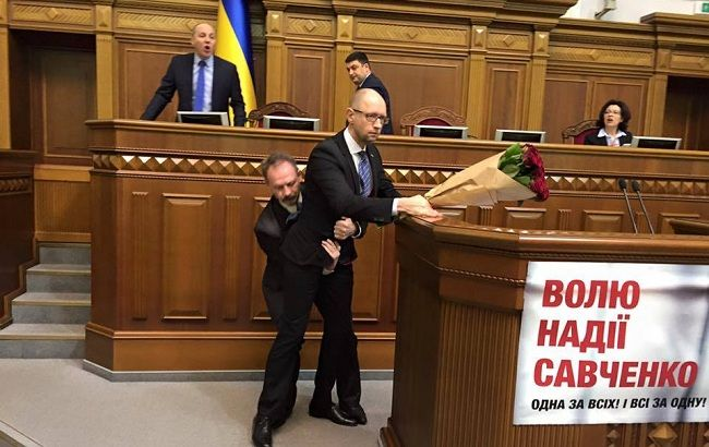 Фото: нападение Барны на Яценюка