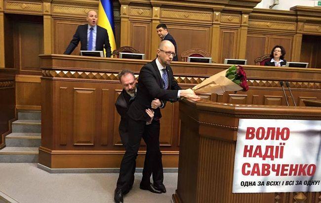 Фото: напад Барни на Яценюка