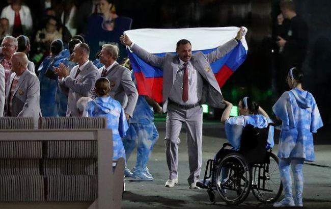 Фото: во время открытия Паралимпийских игр белорус вышел с флагом РФ