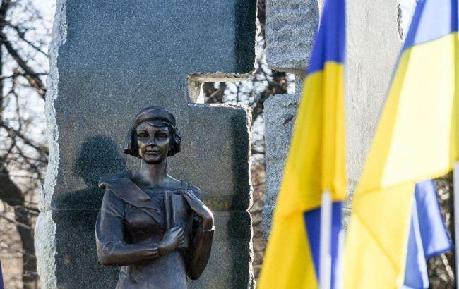 Фото: Памятник Елене Телиге в Бабьем Яру
