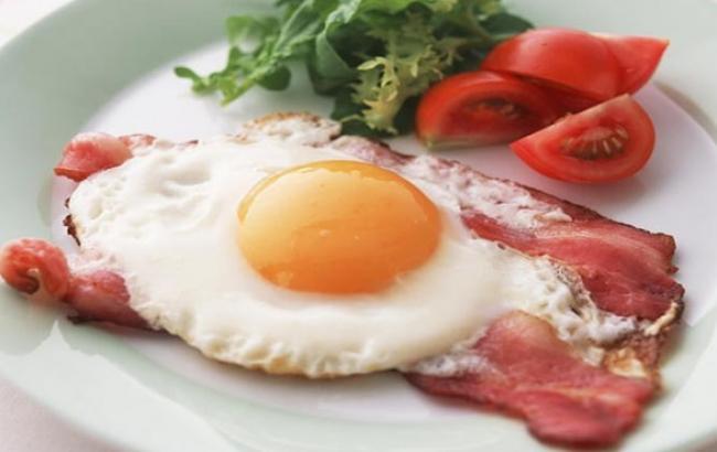 Фото: Яєчня з беконом - заборонене меню (eda.ru)