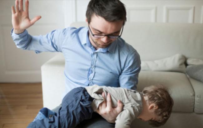 Фото: Отец наказывает сына (twitter.com)