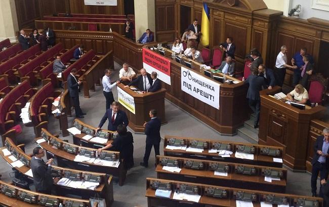 Фото: трибуна і президія Ради залишаються заблокованими