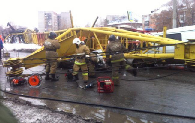 В Омске строительный кран упал на два автомобиля, четверо человек погибли