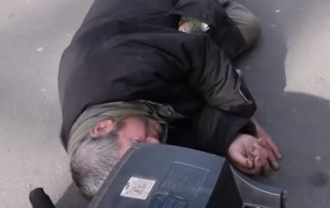 Просто устал: мужчина уснул на главной улице Николаева (видео)