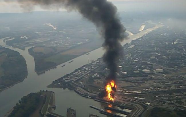 Фото: над містом стоїть стовп диму