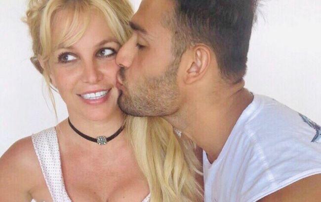 Бритни Спирс выходит замуж: певица похвасталась кольцом с огромным бриллиантом