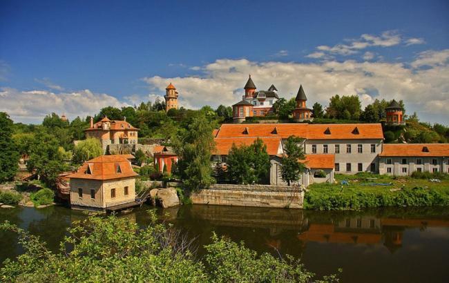 Гетьманська столиця і розкішні особняки: мальовничі місця України для ідеального відпочинку