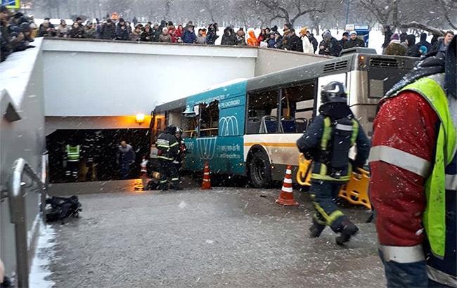 Фото: въезд автобуса в переход в Москве (twitter.com-anatoliy_antonov)