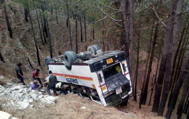 Фото: в результате падения автобуса погибли не менее 25 человек