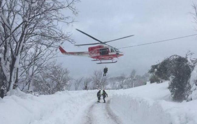 Итальянским спасателям удалось вытащить 8 человек из-под накрытого лавиной отеля