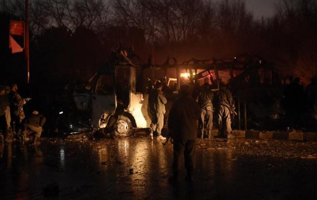 """Фото: автомобіль смертника угруповання """"Талібан"""" врізався в мікроавтобус"""