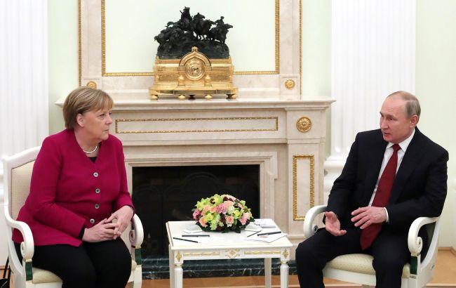 Меркель потребовала от Путина сократить военное присутствие у границ Украины
