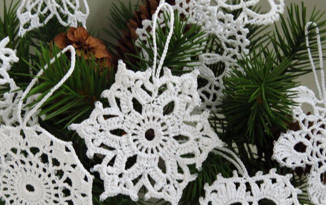 Фото: Снежинки можно сделать из бисера, бумаги, ниток, даже теста