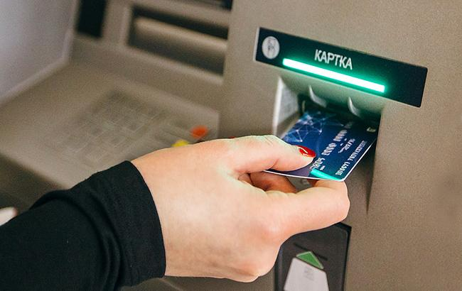 Всього на три банки припадає понад 77% активних платіжних карт (Фото: flickr.com-NBU)