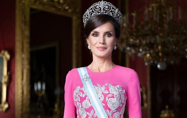 Ей все к лицу: королева Летиция покорила изящной фигурой в пудровом брючном костюме