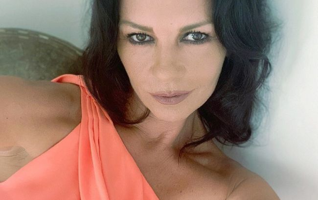 51-річна Кетрін Зета-Джонс довела, що з роками стає тільки гарнішою: фото